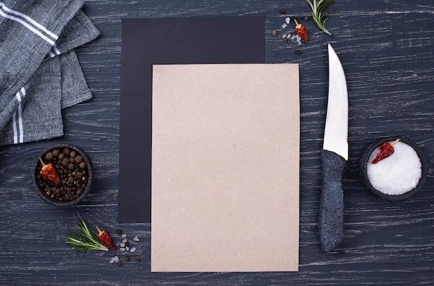 Hoja de papel plano en blanco en la mesa