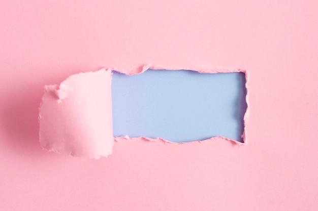 Hoja de papel rosa con maqueta azul