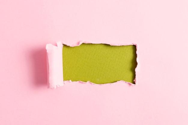 Hoja de papel rosa con maqueta verde
