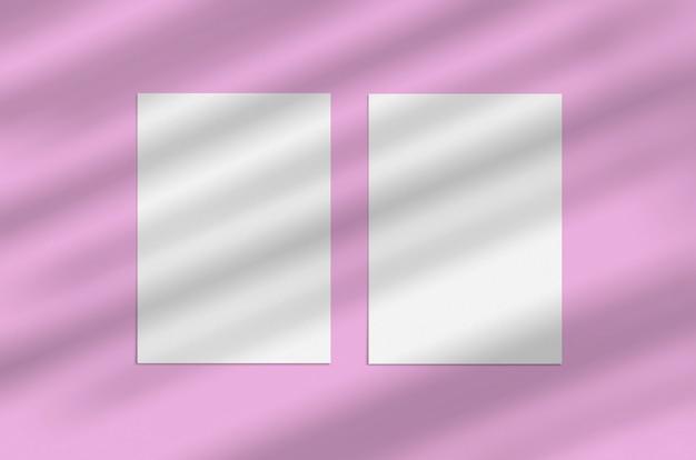 Hoja de papel vertical blanco en blanco de 5x7 pulgadas sobre fondo rosa con superposición de sombras. tarjeta de felicitación moderna y elegante o invitación de boda simulacro.