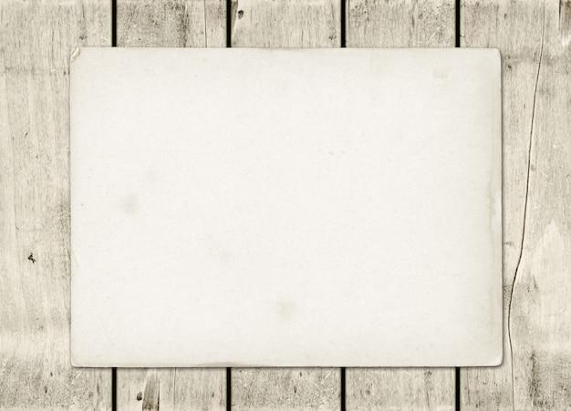 Hoja de papel vintage en blanco sobre una tabla de madera blanca