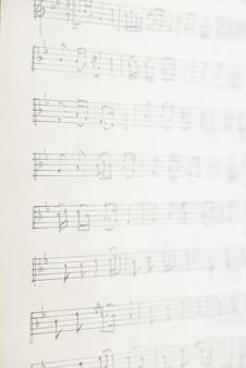 Hoja de papel vintage con notas musicales escritas a mano