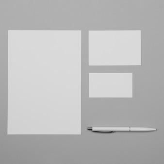 Hoja plana de papel blanco con bolígrafo