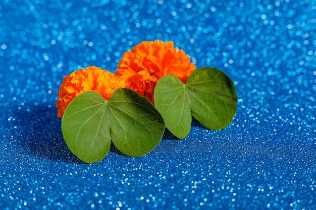 Hoja verde y flor
