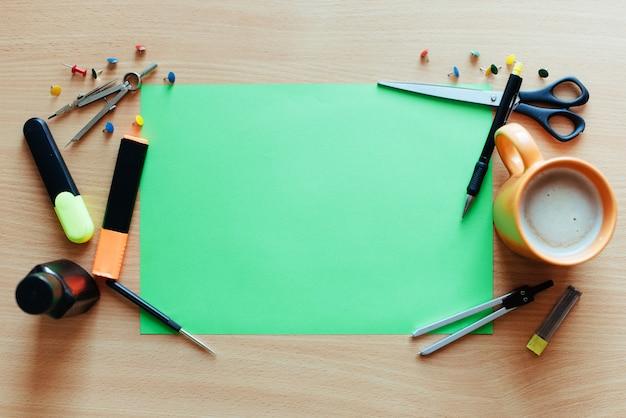 Hoja verde vacía con muchos objetos de papelería