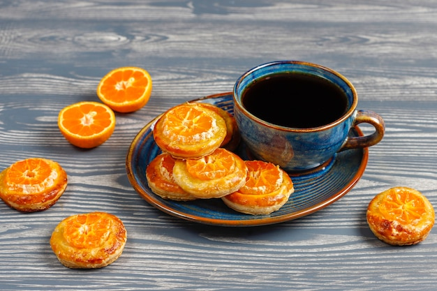 Hojaldre casero con rodajas de mandarina.