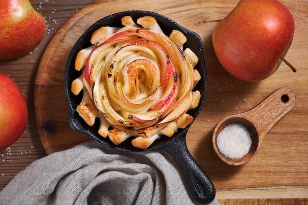 Hojaldre casero con rodajas de manzana al horno en sartén de hierro
