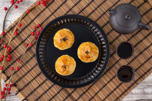 Hojaldre de yema recién horneado en placa negra
