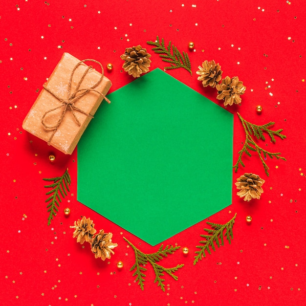 Hojas de abeto y piñas con caja regalo
