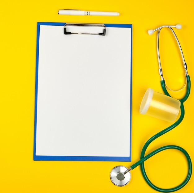 Hojas blancas vacías y un estetoscopio médico