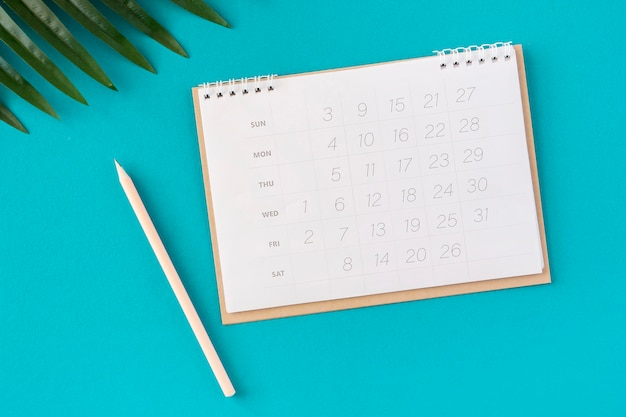 Hojas y calendario planificador plano laico