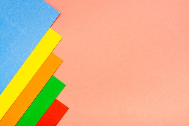 Hojas de cartón de colores se encuentran en una fila.