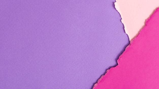 Hojas de cartón en tonos púrpura con espacio de copia