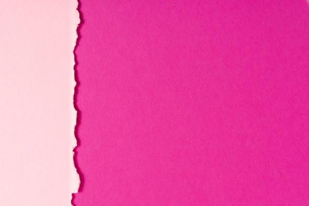 Hojas de cartón en tonos rosas con espacio de copia