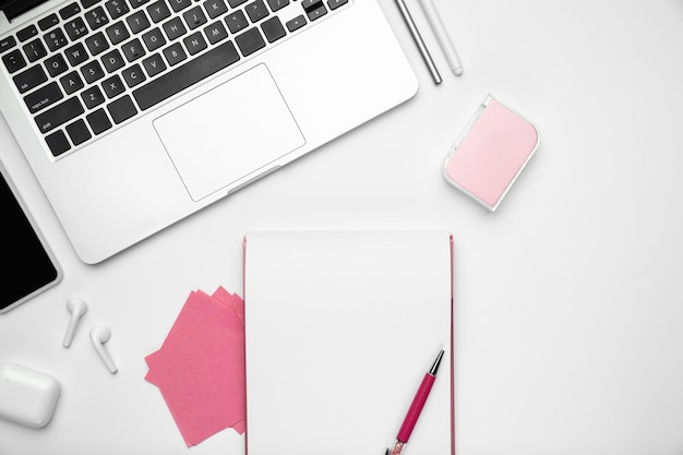Hojas y dispositivos. endecha plana, maqueta. espacio de trabajo femenino de la oficina en casa, copyspace. lugar de trabajo inspirador para la productividad. concepto de negocio, moda, autónomo, finanzas, arte. colores pastel de moda.