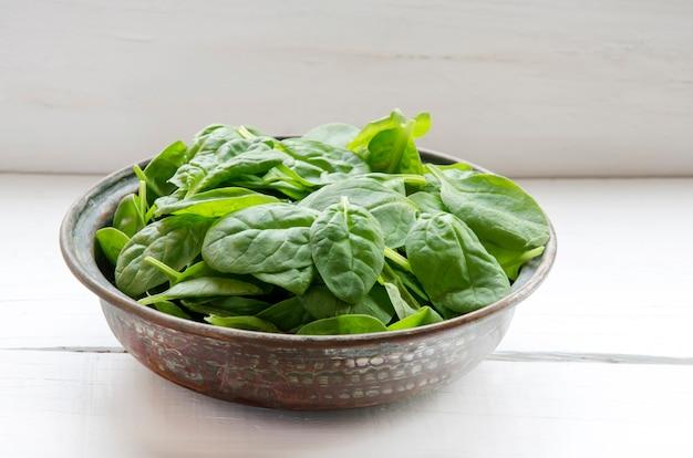 Hojas de espinacas verdes frescas frescas