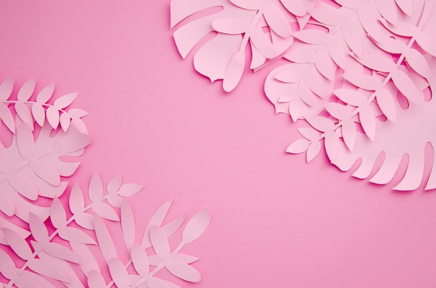 Hojas hechas de papel en tonos rosas.