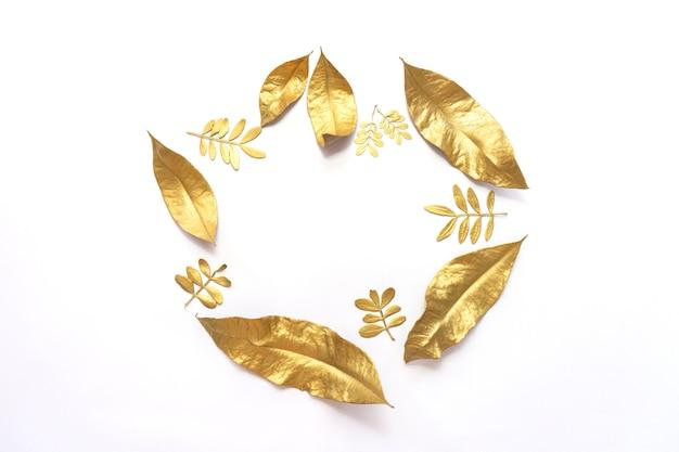Hojas de laurel dorado seco aislado sobre fondo blanco.
