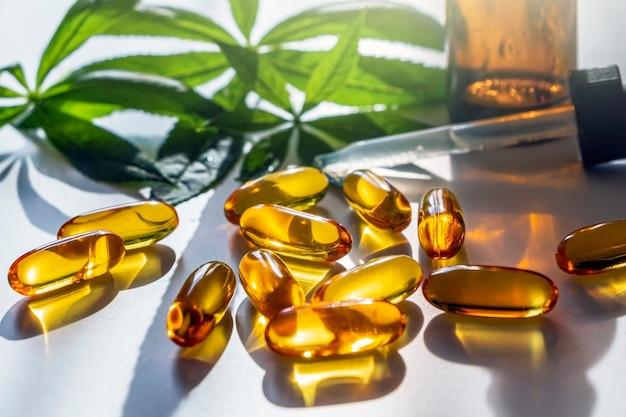Hojas de marihuana medicinal, cápsulas y aceite de cbd