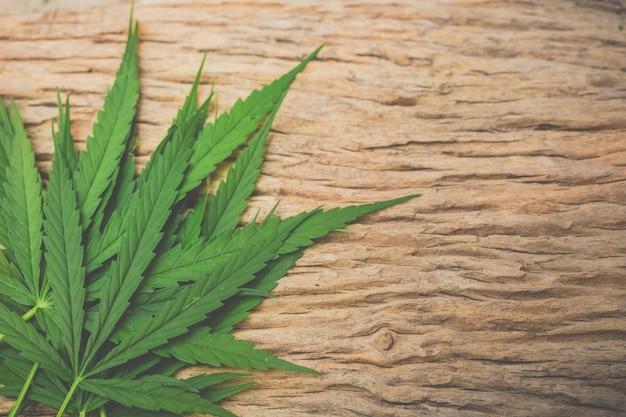 Hojas de marihuana sobre suelos de madera.