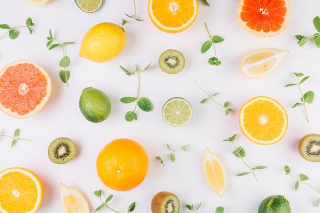 Hojas en medio de frutas