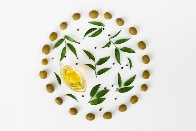 Hojas de olivo en un círculo de aceitunas