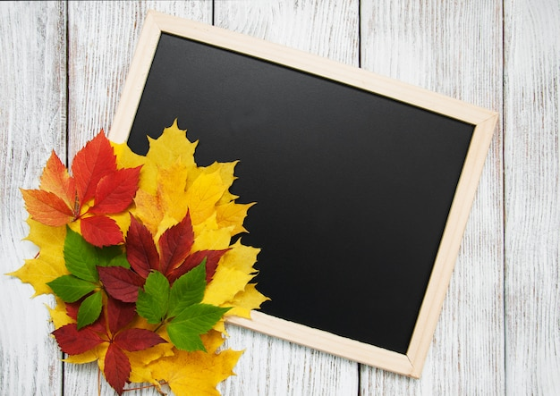 Hojas de otoño en la pizarra