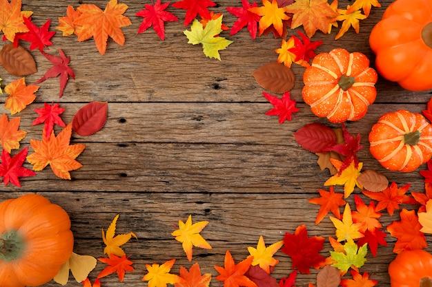 Hojas de otoño sobre fondo de madera