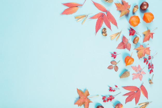 Hojas de otoño sobre fondo de papel azul