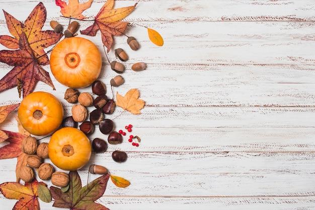 Hojas de otoño y verduras con espacio de copia.