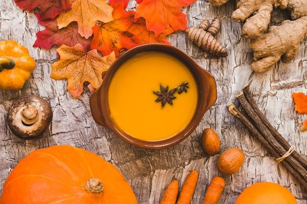 Hojas y palos cerca de la comida de otoño