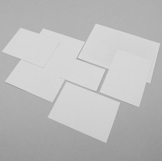 Hojas de papel blanco de alto ángulo