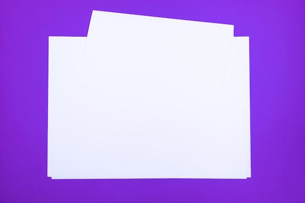 Hojas de papel en blanco sobre fondo