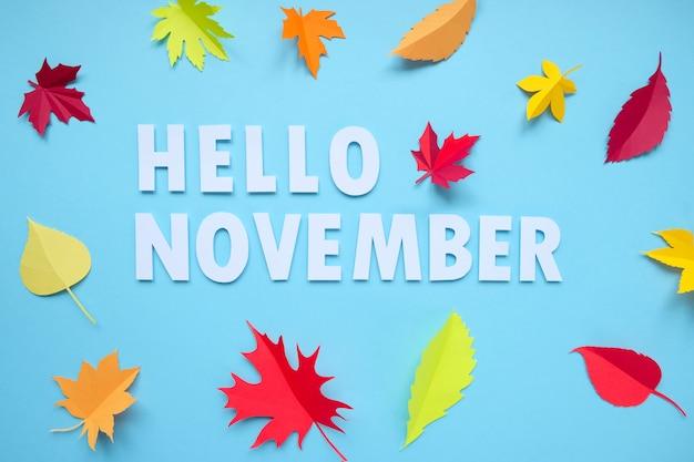 Las hojas de papel caen rojas, naranjas, caen las hojas amarillas. concepto de otoño