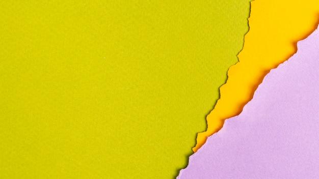 Hojas de papel de colores con espacio de copia