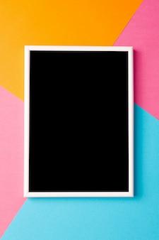 Hojas de papel de colores con maqueta