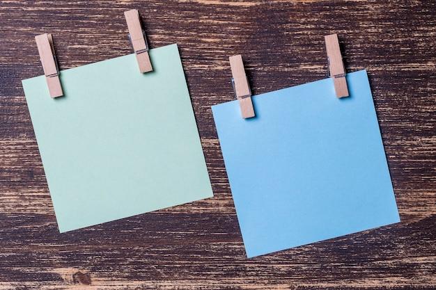 Hojas de papel de colores vacías para notas con pinzas para la ropa