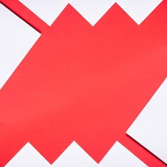 Hojas de papel decoradas en rojo y blanco con espacio de copia