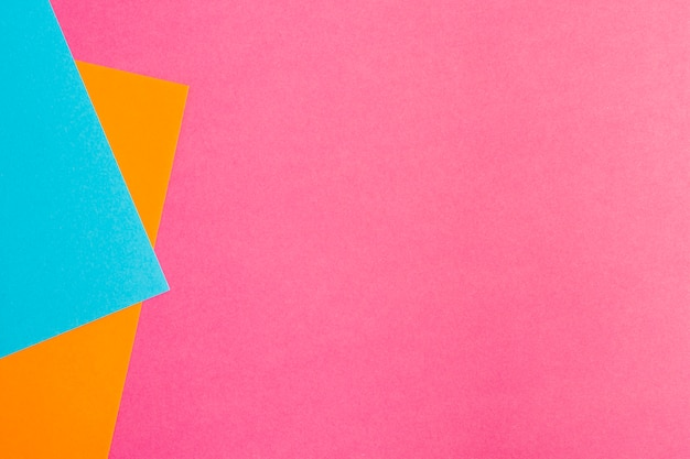 Hojas de papel multicolor con espacio de copia.
