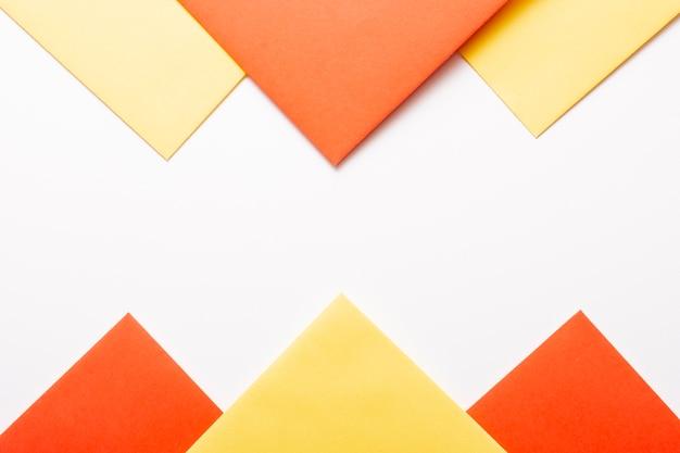 Hojas de papel naranja y amarillo