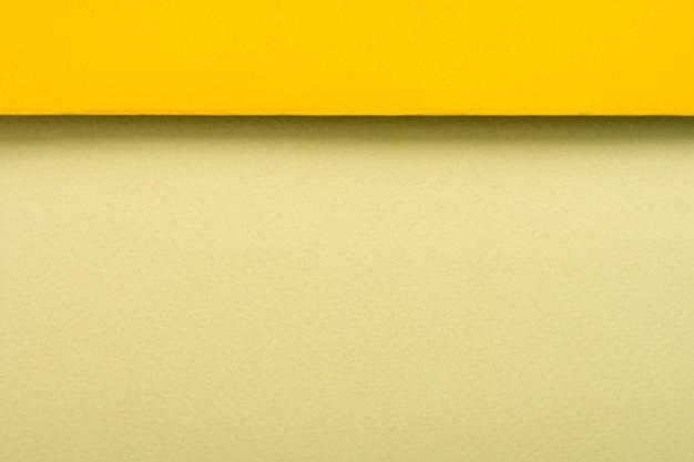 Hojas de papel de tonos amarillos con espacio de copia