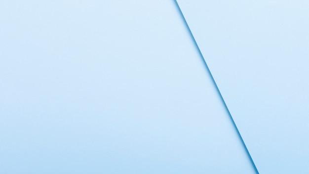 Hojas de papel en tonos azules con espacio de copia