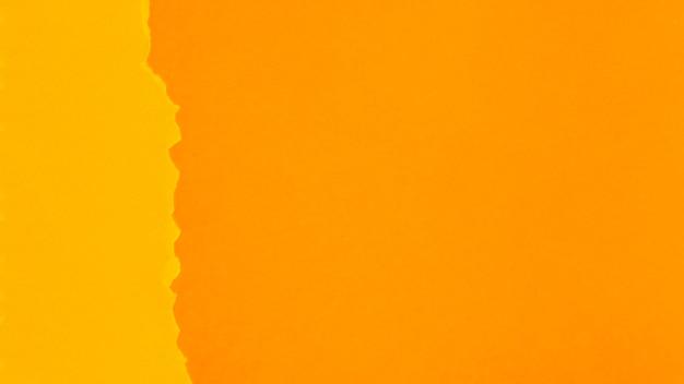 Hojas de papel de tonos naranjas con espacio de copia