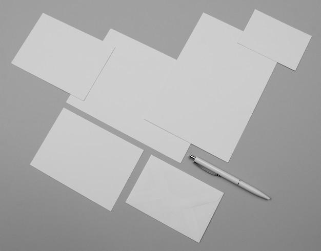 Hojas de papel vacías y bolígrafo de alto ángulo