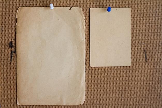 Hojas de papel viejo.