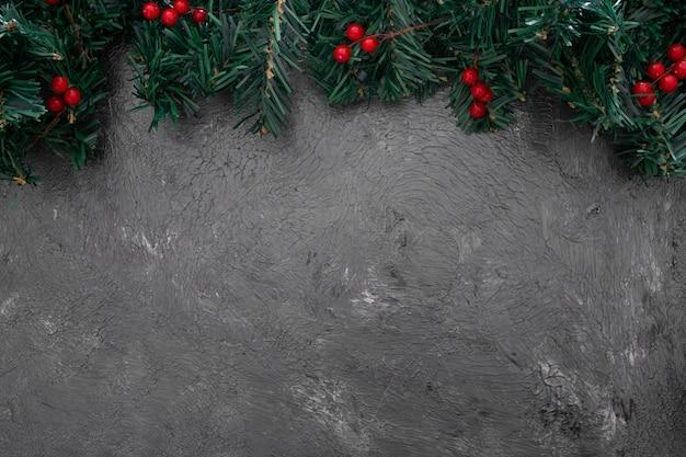 Hojas de pino de navidad con mistleote