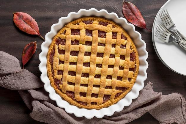 Hojas planas y delicioso pastel de otoño.