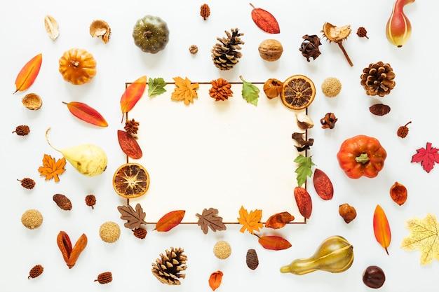 Hojas planas de otoño con espacio de copia.