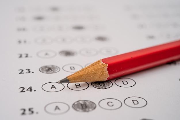 Las hojas de respuestas con dibujo a lápiz llenan para seleccionar la opción, el concepto de educación