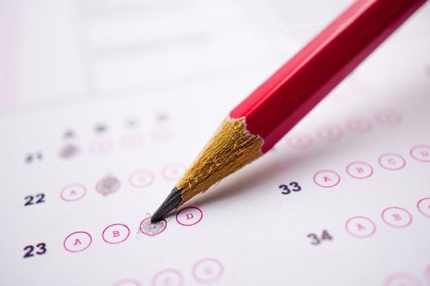 Las hojas de respuestas con relleno de dibujo a lápiz para seleccionar una opción: concepto de educación